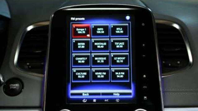¿Cómo utilizar el control de voz para elegir una emisora de radio?